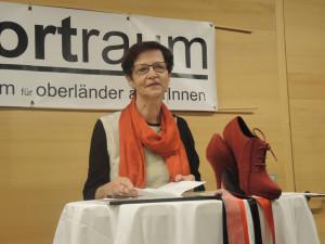 Mundartdichterin Annemarie Regensburger in ihrem Element des Vortragens und Erzählens. Sie feiert demnächst ihren 70er